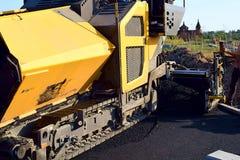 Asphalt, der Asphaltstraßenbetoniermaschine pflastert stockbild