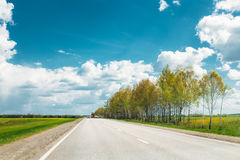 Asphalt Freeway Motorway, huvudväg mot bakgrund av östligt - europeiskt landskap arkivbild