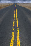 Asphalt Highway Road supérieur noir, nuages de tempête dans la distance photo libre de droits