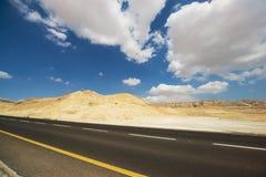 Asphalt Road in der Judean-Wüste Stockfotos