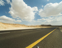 Asphalt Road in der Judean-Wüste Stockbilder