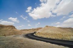 Asphalt Road en el desierto de Judean Imagenes de archivo