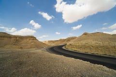 Asphalt Road en el desierto de Judean Fotos de archivo libres de regalías