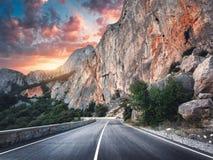 Asphalt Road hermoso Paisaje colorido con las altas rocas Fotografía de archivo libre de regalías