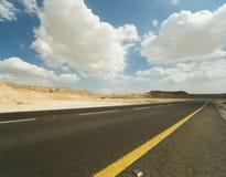 Asphalt Road i den Judean öknen Arkivbilder