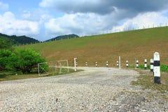 Asphalt Road le long de barrage protecteur image libre de droits