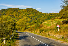 Asphalt road with limitation sign in mountainous countryside Royalty Free Stock Photos