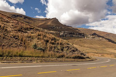 Asphalt Road Running Through Dry orange vinterberg Landsca Royaltyfria Foton