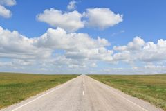 The asphalt road straight going beyond the horizon Royalty Free Stock Photography