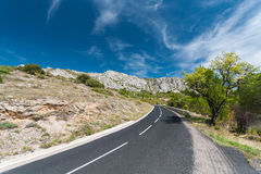 Asphalt road towards mountains Royalty Free Stock Photos