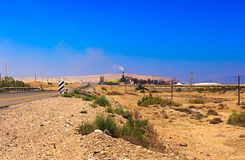 Asphalt Road, Wüste und Chemiefabrik Stockfotografie
