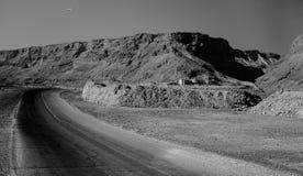 Asphalt Road in Zandheuvels Royalty-vrije Stock Afbeeldingen