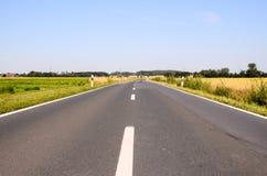 Asphalt Road zur Unendlichkeit Lizenzfreie Stockbilder