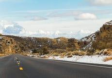 Asphalt Road zwischen Bergen, Nevada Lizenzfreies Stockfoto