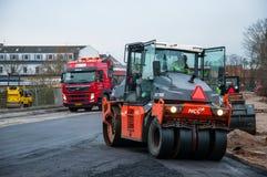 Asphalte de compactage de macadam de rouleau de route sur une nouvelle route au Danemark photo libre de droits