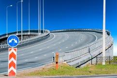 Asphalte de marquage routier de viaduc haut et panneau routier Images libres de droits