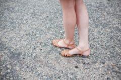 Asphalte de pieds de filles images libres de droits