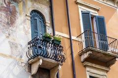 Asphaltieren Sie Balkone mit hölzernen Fenstern in Verona, Italien Stockfotos