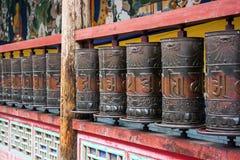 Asphaltieren Sie betende Zylinder in einem buddhistischen Tempel lizenzfreie stockbilder