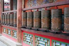 Asphaltieren Sie betende Zylinder in einem buddhistischen Tempel stockfoto