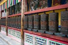 Asphaltieren Sie betende Zylinder in einem buddhistischen Tempel lizenzfreie stockfotos