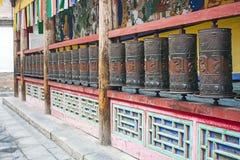 Asphaltieren Sie betende Zylinder in einem buddhistischen Tempel lizenzfreies stockfoto