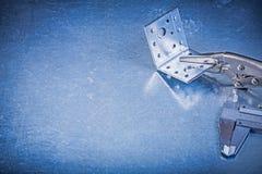 Asphaltieren Sie Blockierungszangen mit Kieferdiatasterzirkel-Winkelstangen auf Metall Lizenzfreie Stockbilder