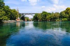 Asphaltieren Sie Brücke über Aare-Fluss in Bern, die Schweiz Lizenzfreie Stockfotografie
