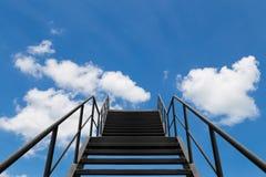 Asphaltieren Sie Brücke oder Treppe zum blauen Himmel und zur weißen Wolke Stockfotos