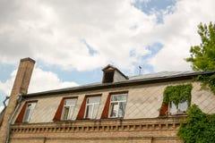 Asphaltieren Sie Dach mit Oberlichtern und Kamin und Dachboden stockbilder