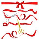 Asphaltieren Sie das Chrom und goldene Scheren, die rotes Seidenband schneiden Realistische Eröffnungsfeiersymbole Bandbänder und vektor abbildung