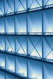 Asphaltieren Sie Design eines Innenraums in einem modernen Gebäude im Blaulicht Stockbild