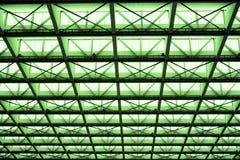 Asphaltieren Sie Design eines Innenraums in einem modernen Gebäude im grünen Licht Lizenzfreies Stockfoto