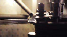 Asphaltieren Sie Detail in einer Spindel der industriellen Drehbank Nahaufnahme stock footage