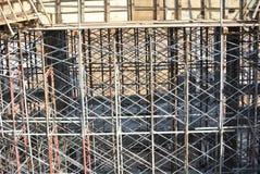 Asphaltieren Sie die Baugerüste, die benutzt werden, um Bodenplattenverschalung zu stützen Stockfotos