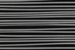 Asphaltieren Sie die Federn, die horizontal auf schwarze Hintergrundoberfläche gesetzt werden Lizenzfreies Stockbild