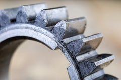 Asphaltieren Sie die Gänge, die mit einer Schicht Öl in einem größeren Bild bedeckt werden reserven stockfotografie