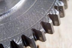 Asphaltieren Sie die Gänge, die mit einer Schicht Öl in einem größeren Bild bedeckt werden reserven stockfotos