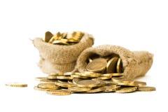 Asphaltieren Sie die Münzen, die aus einer Tasche auf einem weißen Hintergrund gegossen werden Stockbild