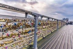 Asphaltieren Sie die Verschlüsse, die auf der Schiene einer Brücke gefangen werden Stockfotos