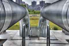 Asphaltieren Sie draußen Heißwasserrohrleitung, Stahlrohr Stockbilder