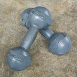 Asphaltieren Sie Dummkopf auf Zementboden, Eignungssport von Bodybuilding Lizenzfreie Stockfotos