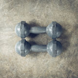 Asphaltieren Sie Dummkopf auf Zementboden, Eignungssport von Bodybuilding Stockbilder