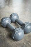 Asphaltieren Sie Dummkopf auf Zementboden, Eignungssport von Bodybuilding Stockfotos