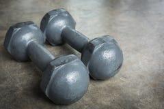 Asphaltieren Sie Dummkopf auf Zementboden, Eignungssport von Bodybuilding Lizenzfreie Stockbilder
