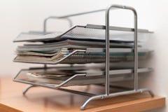 Asphaltieren Sie Fachaktenkoffer mit Zeitungen und Zeitschriften auf hölzernem Stockbild