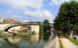 Asphaltieren Sie Gehweg und ragen Sie auf den briare Kanal bei Montargis hoch lizenzfreies stockbild
