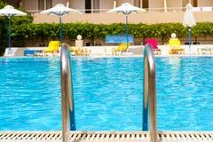 Asphaltieren Sie Geländer des Treppenhauses zum allgemeinen Swimmingpool Stockfotos