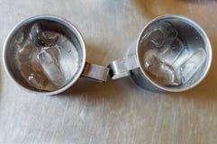 Asphaltieren Sie Glas oder Schale kaltes Wasser mit Eis auf Edelstahltabellenhintergrund Lizenzfreies Stockfoto