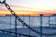 Asphaltieren Sie Ketten, den Pier schließend oder koppeln Sie am Balaton See an Stockfotos